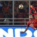 Kenapa Pesepak Bola Melubangi Kaus Kakinya?